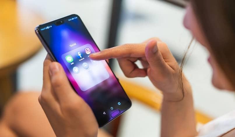 chica usando un nuevo teléfono android